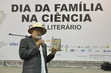 "O poeta Raimundo Nonato apresentou a obra ""Sonhador, Voar, Viajar""."